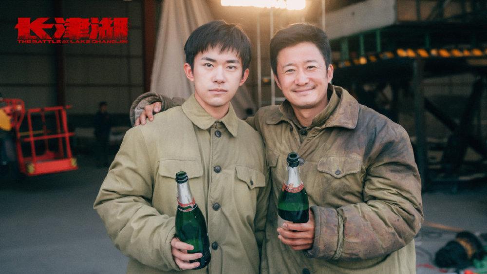 致敬先烈!吴京易烊千玺新作历时200天杀青,穿军装碰杯庆祝